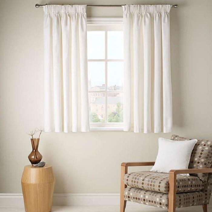 Короткие шторы в гостиной. / Фото: stroy-podskazka.ru