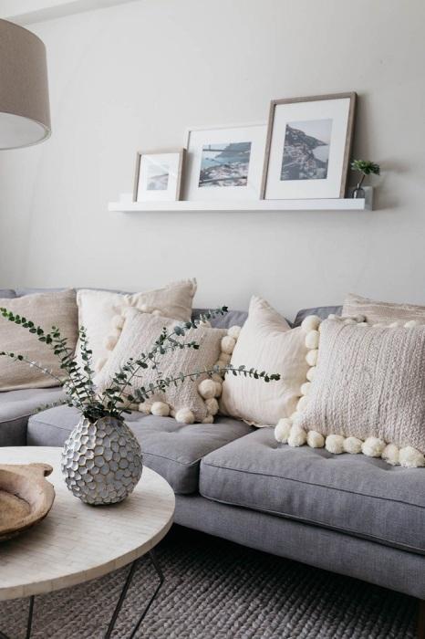 Обилие подушек на диване сделает комнату более стильной. / Фото: design-homes.ru
