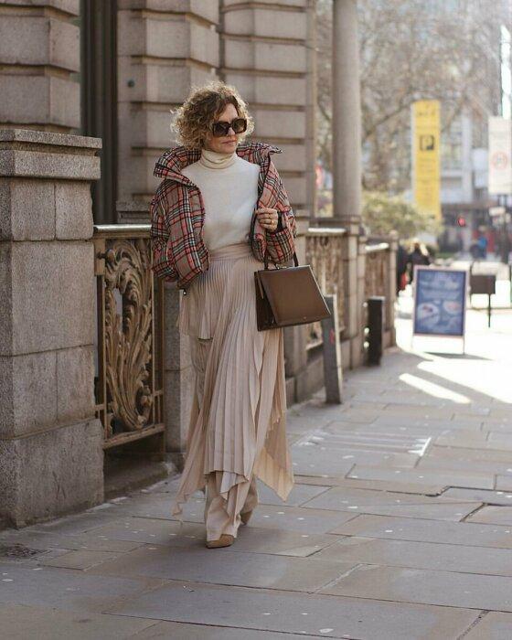 Длинная юбка хорошо сочетается с укороченной курткой. / Фото: pinterest.ru