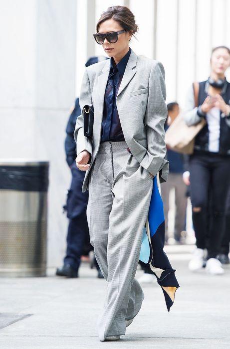 Виктория Бекхэм в костюме мужского кроя. / Фото: Pinterest.ru