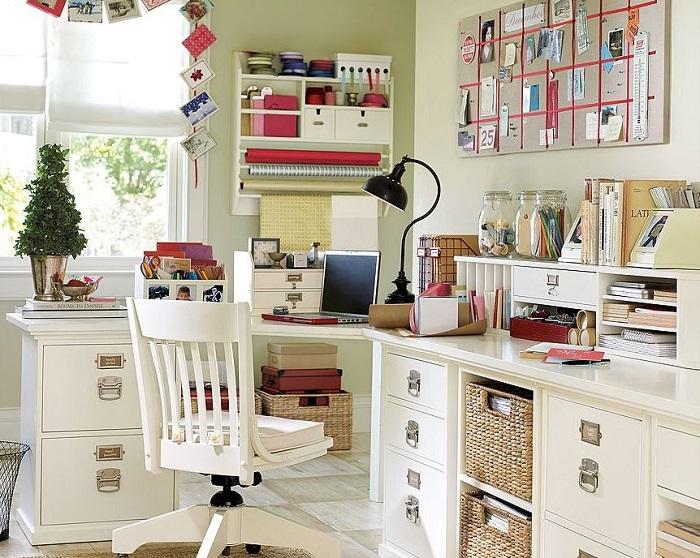 Для оформления кабинета можно использовать яркие декоративные элементы. / Фото: roomester.ru