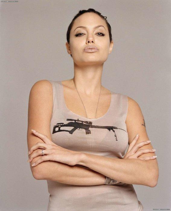 Анджелина Джоли со скрещенными руками. / Фото: Centr-bibliotek.ru