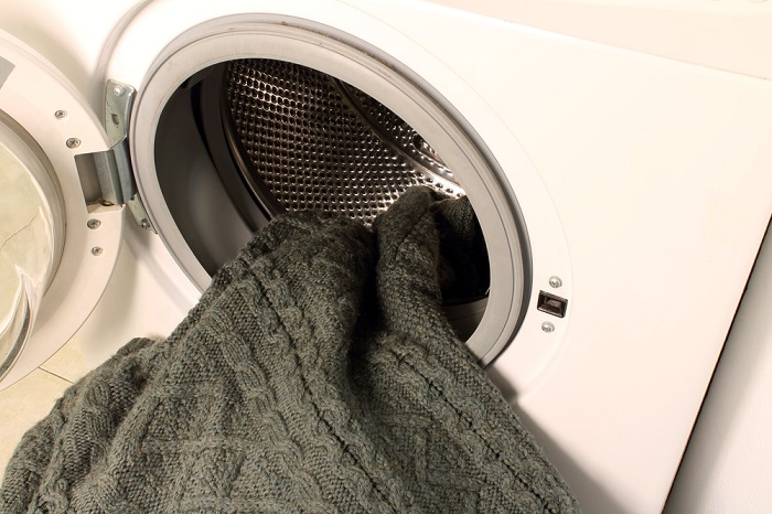 Нужно стирать свитер после 4-5 носок. / Фото: hozidei.ru