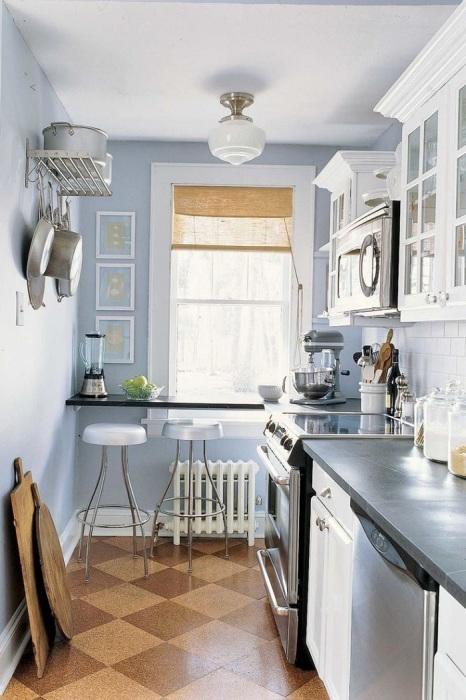 Место в конце кухни лучше оставить для стола и стульев. / Фото: Zen.yandex.com