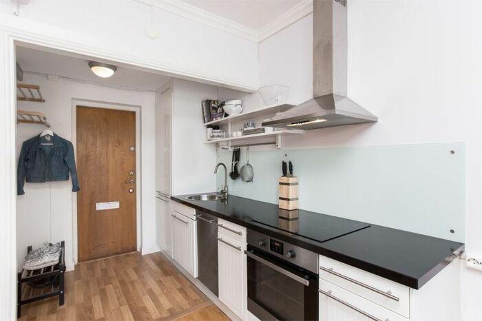 Кухню в коридоре можно обустроить, если прихожая широкая. / Фото: vestnikao.ru