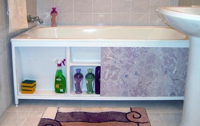 Экран - самый простой способ скрыть место под ванной от посторонних глаз. / Фото: pinterest.ru