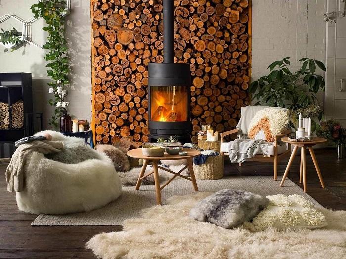 Яркой ноткой в интерьере может стать камин. / Фото: Pinterest.ru