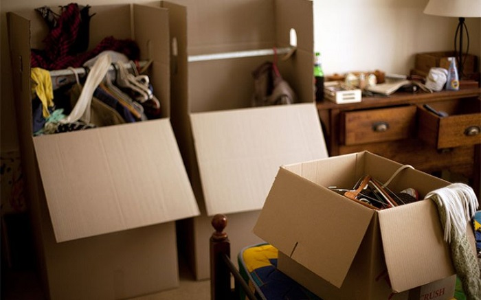 Выбросьте или продайте старые вещи. / Фото: twimg.com