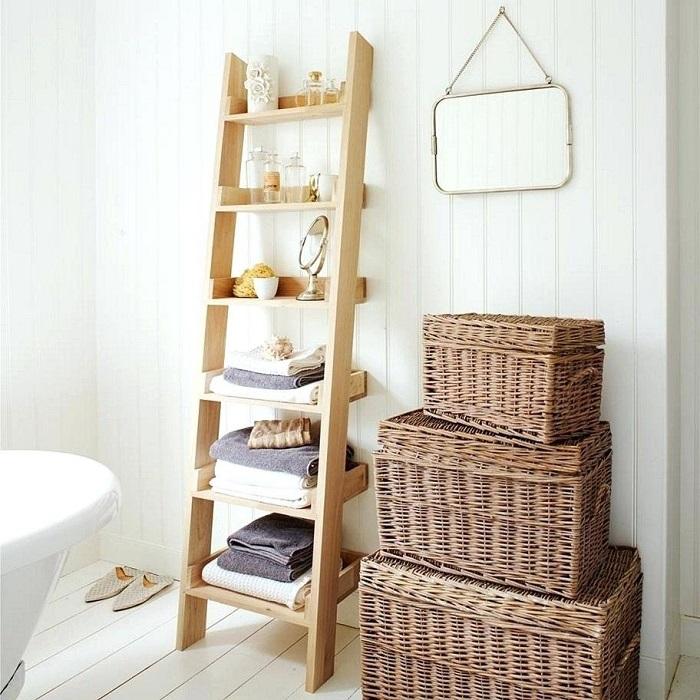 Обычная стремянка станет хорошим местом для хранения полотенец. / Фото: novamett.ru