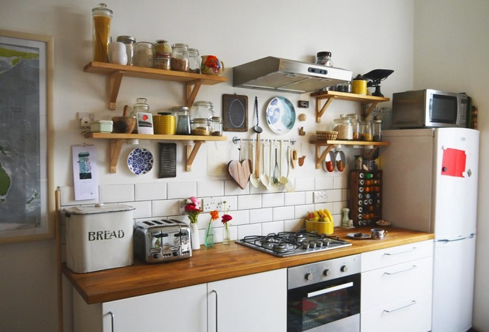 Вместо открытых полок лучше повесить навесные шкафчики, чтобы кухня выглядела аккуратнее. / Фото: cozyblog.ru