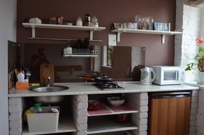 Если хранить на столешнице много предметов, образуется хаос на кухне. / Фото: Remont-volot.ru
