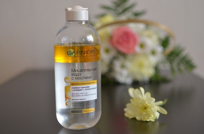 Мицеллярная вода эффективно очищает кожу и смывает макияж. / Фото: dermatologcentr.ru