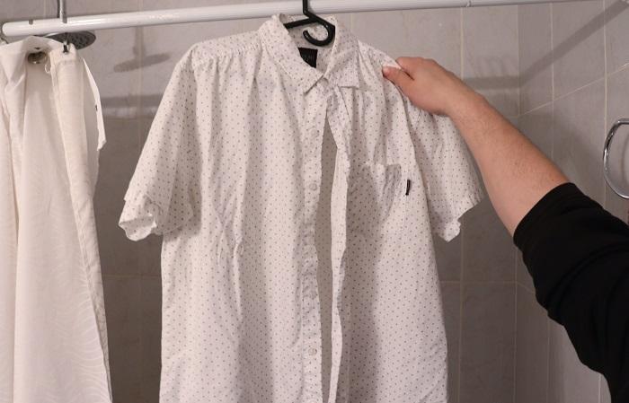 Пар от горячей воды в ванной разгладит складки на одежде. / Фото: moda-styl.ru