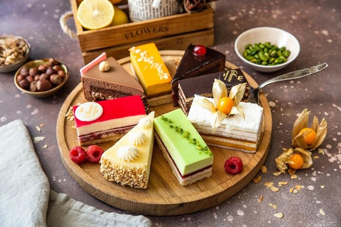 Пирожные можно кушать во время читмила. / Фото: goodfon.ru