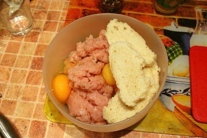 Сухой хлеб начнет тянуть влагу из фарша. / Фото: lozhka-povarezhka.ru