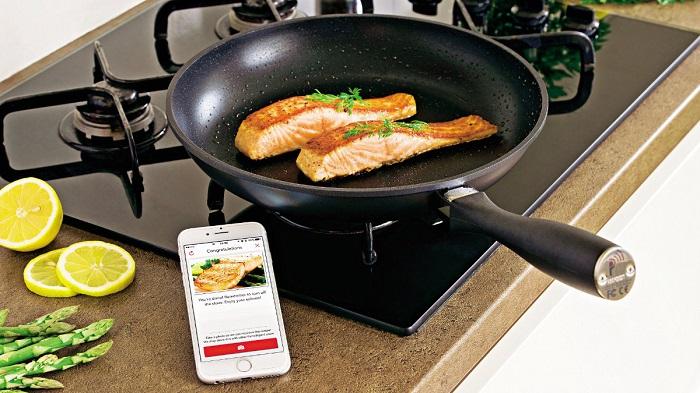 Умная сковорода управляется при помощи приложения на телефоне. / Фото: sobaka.ru