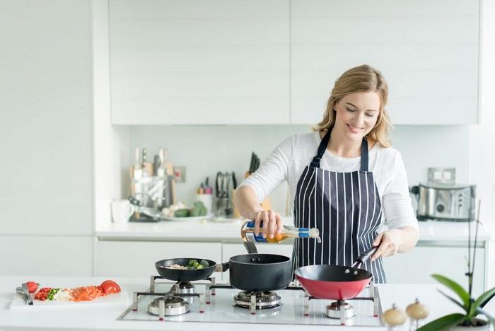 На белой кухне меньше видны загрязнения.