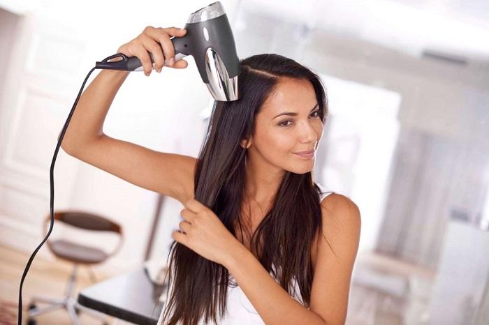 Перед выходом из дома хорошо высушивайте волосы феном. / Фото: sm-news.ru