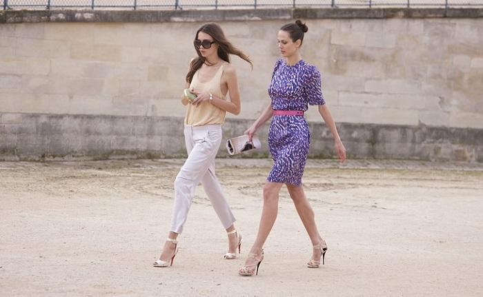 На полусогнутых часто ходят девукшки, которые не умеют носить каблуки. / Фото: sm-news.ru