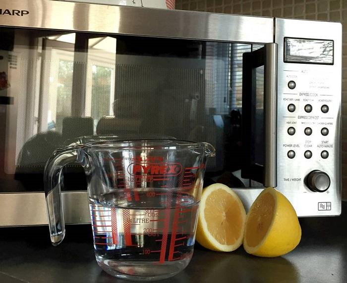 Лимон поможет очистить микроволновку от пятен. / Фото: whatmicrowave.com