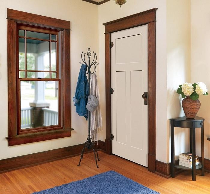 Дверные наличники цвета дерева добавляют уюта в интерьер. / Фото: design-homes.ru