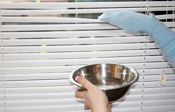 Пыль на жалюзи хорошо удаляет носок, смоченный в растворе уксуса. / Фото: severdv.ru