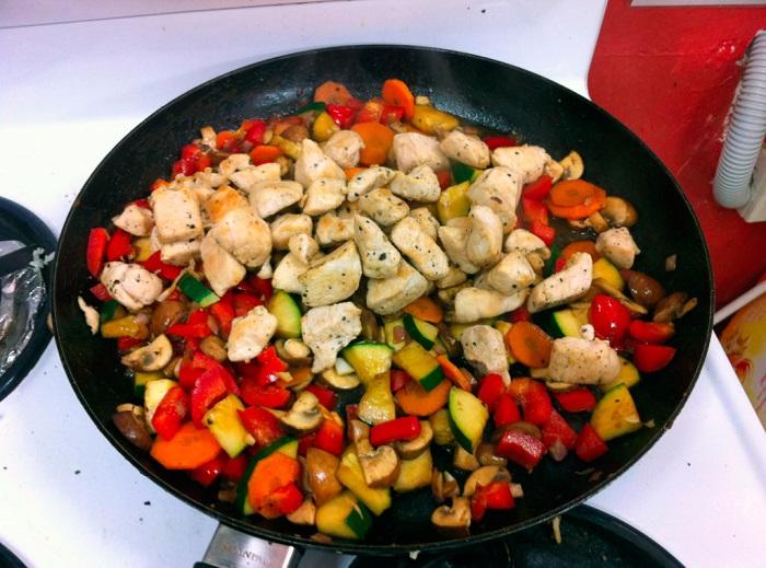 Нельзя жарить на сковороде много овощей за раз. / Фото: povar.ru