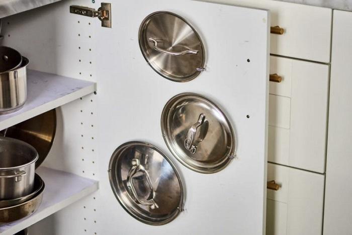 Крышки удобно хранить на внутренней стороне дверцы. / Фото: evrookna-mos.ru