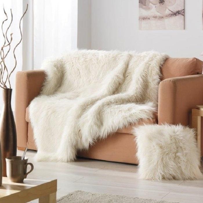 Меховой плед красиво смотрится на кресле. / Фото: Design-homes.ru
