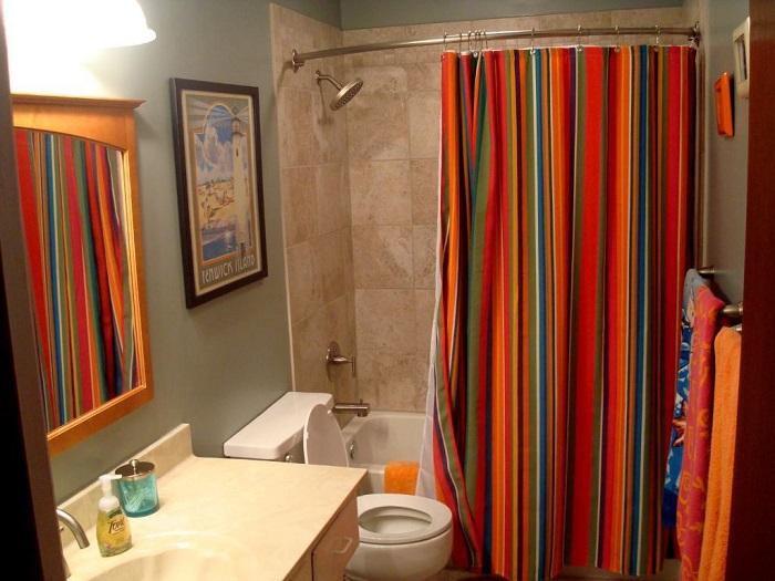 Яркая штора станет отличным акцентом в ванной комнате. / Фото: berkem.ru
