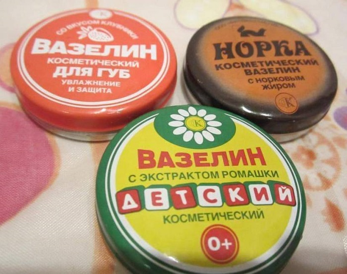 Жирная основа вазелина помогает духам дольше держаться. / Фото: nyamkin.ru
