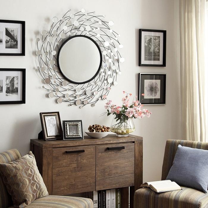 Зеркало поможет визуально сделать гостиную больше. / Фото: yellowhome.ru