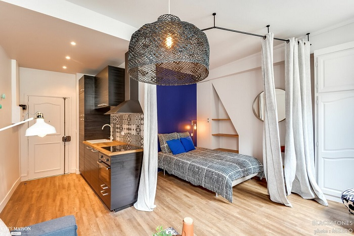 Шторами можно отделить зону для сна от кухни. / Фото: Remontbp.com