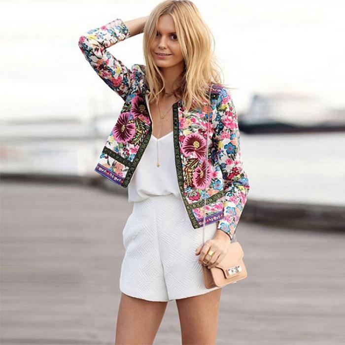 Жакет с принтом комбинируется с нейтральной одеждой. / Фото: elle.ru