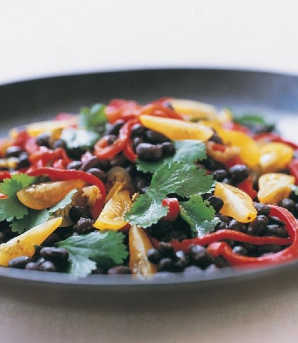 Черная фасоль идеально сочетается с красным болгарским перцем. / Фото: wday.ru