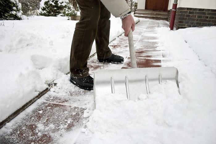Смазывайте растительным маслом лопату, чтобы не прилипал снег. / Фото: okidoker.com