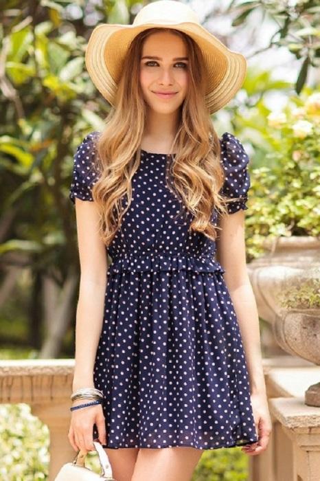 Платье в горох - удобный и красивый вариант наряда для фотосессии. / Фото: vplate.ru