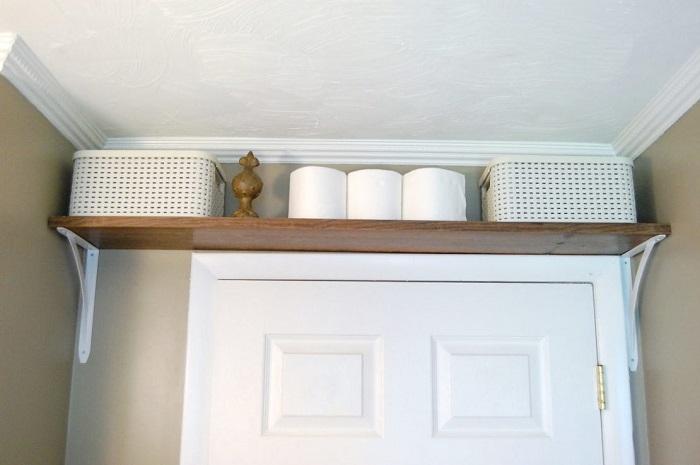 Над дверным проходом можно сделать полку для хранения. / Фото: build-experts.ru