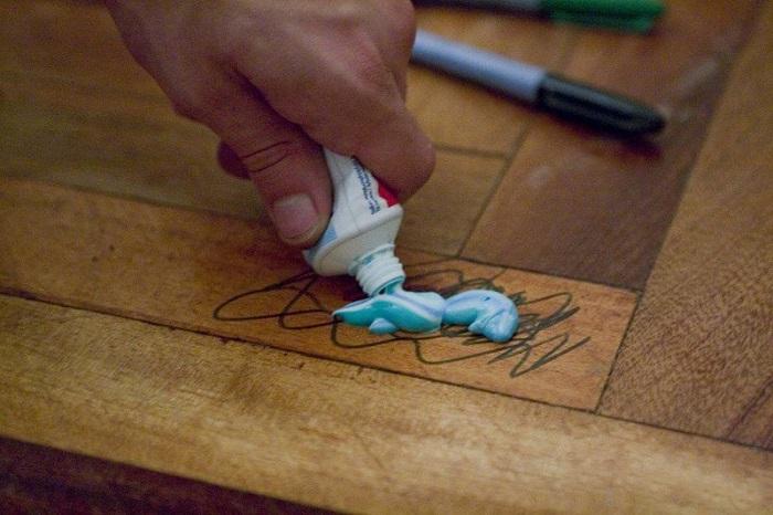 Стереть следы от фломастера поможет зубная паста. / Фото: veronikaa.ru