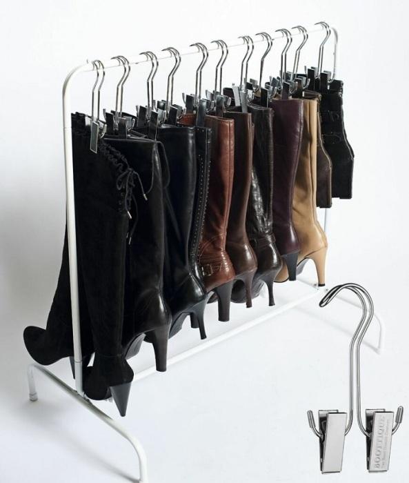 Плечики с обувью можно разместить в шкафу или на специальной планке. / Фото: zen.yandex.ru