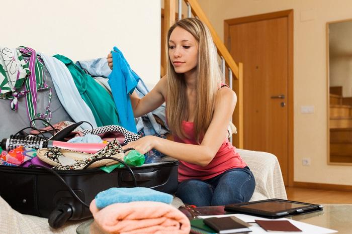 Чтобы удачно съездить в отпуск, нужно не только положить нужные вещи в чемодан. / Фото: zen.yandex.by