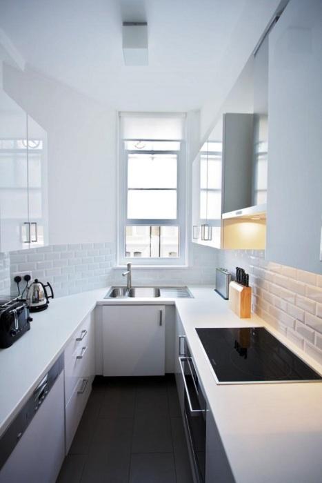 Отражающие поверхности визуально сделают комнату больше. / Фото: dizajngid.ru