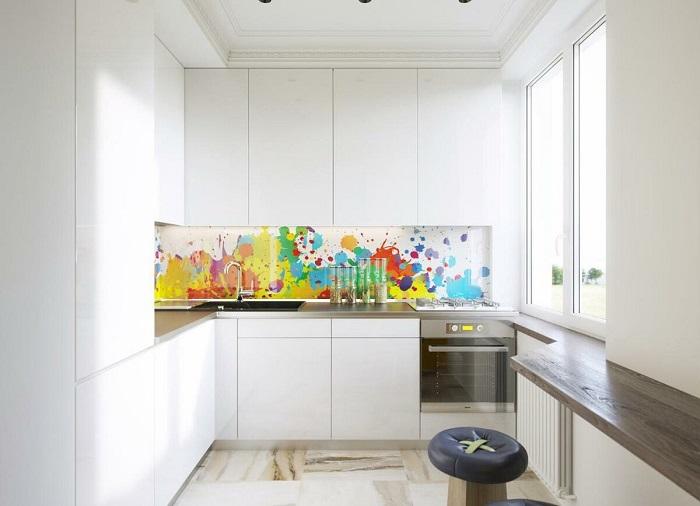 Фартук в качестве акцента на маленькой кухне. / Фото: Design-homes.ru