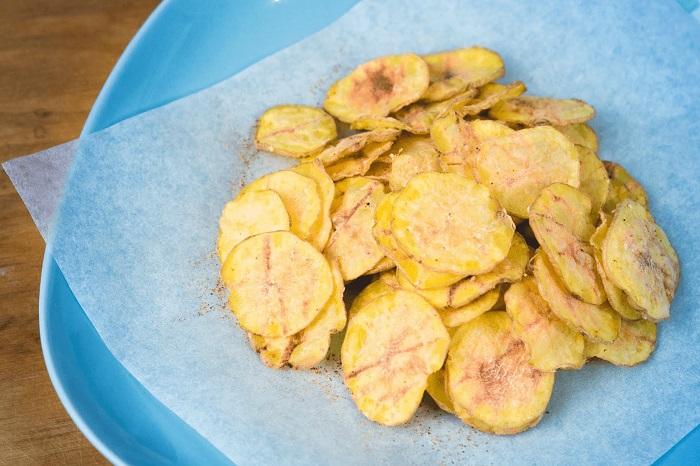 Картофельные чипсы в микроволновке будут вкуснее со специями. / Фото: liveinternet.ru