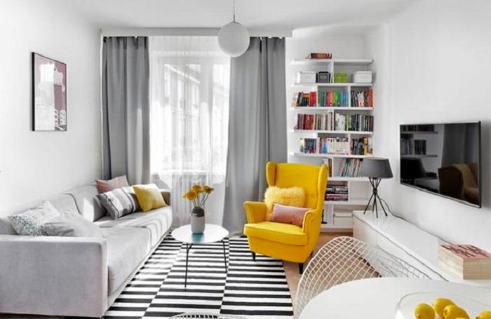 Желтое кресло является отличным акцентом, привлекающим внимание. / Фото: rem-stroitelstvo.ru