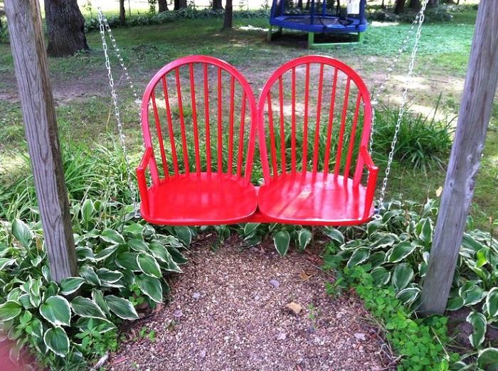 Качели можно сделать из старых стульев. / Фото: dekormyhome.ru
