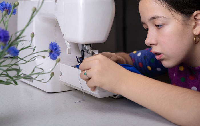 Если вы не знаете о том, как работать на швейной машинке, отнесите одежду в ателье. / Фото: kto-chto-gde.ru