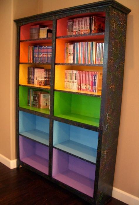 В книжном шкафу акцентной можно сделать заднюю стенку. / Фото: Pinterest.ru