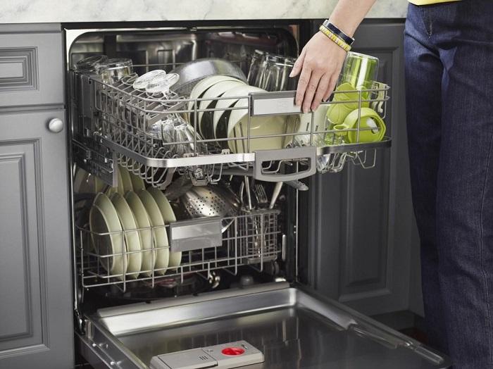 Загрузите посуду в посудомоечную машину и включите ее. / Фото: kitchenremont.ru