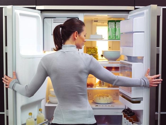 Ежедневно проводите ревизию в холодильнике. / Фото: postila.ru